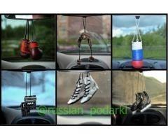 Боксёрские перчатки и другие сувениры/подвески в автомобиль.